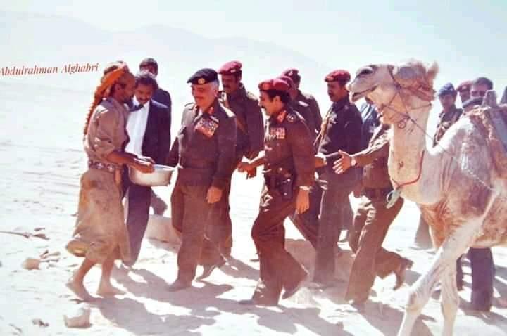 شاهد صورة نادرة للرئيس صالح في مأرب مع ملك عربي بالبزات العسكرية وبماذا أكرمهم مواطن مأربي؟