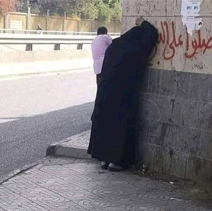 لأول مرة أبيع مناديل .. مواطن يمني يعترف بموقف أبكاه علناً وسط صنعاء ويشرح القصة ؟