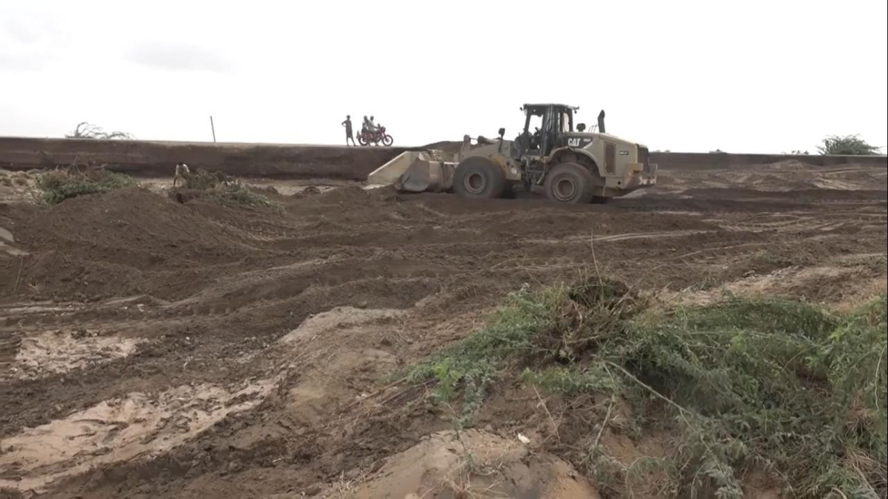 القوات المشتركة بدأت بإصلاح الطرقات المتضررة من السيول بالحديدة