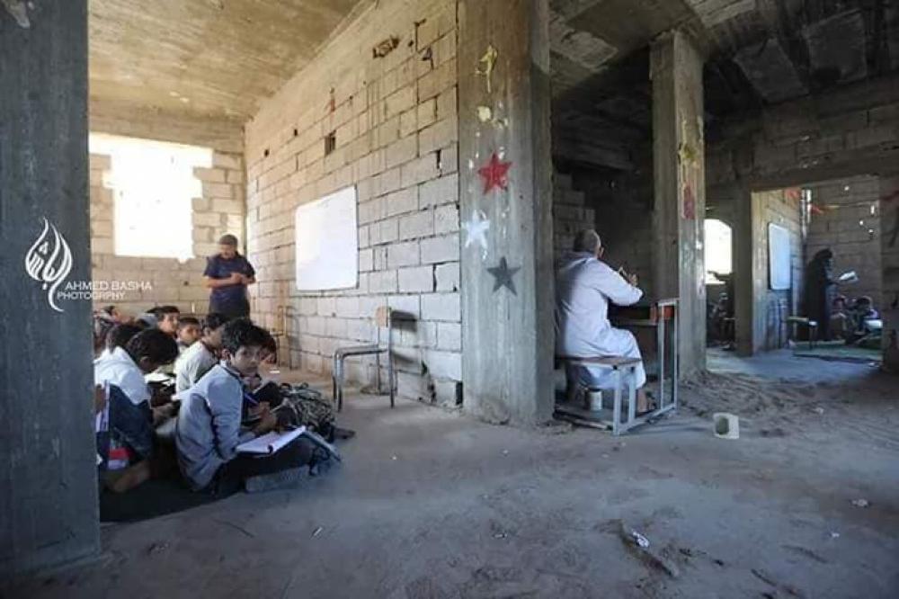 تعز معلم يحول بيته إلى مدرسة حكومية تستقبل 700 طالب
