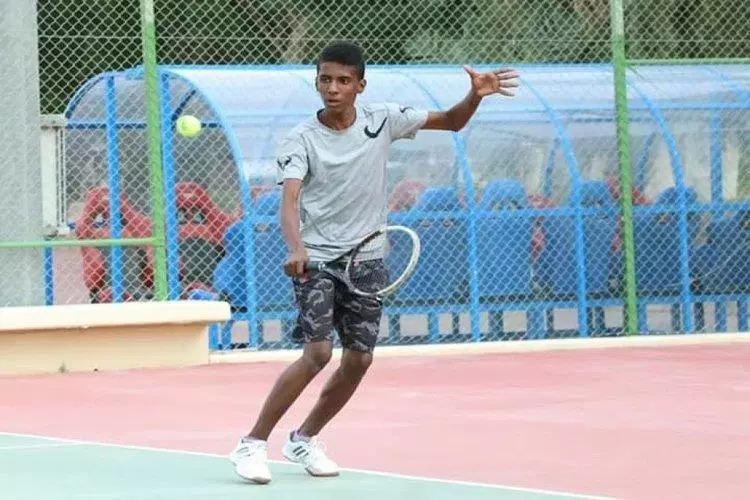 اللاعب اليمني نورس في مواجهة نهائية مع الأردني مشني في نهائي آسيا للتنس
