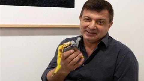 شاهد صورة لممثل أمريكي يأكل موزة بـ 120 ألف دولار.. تفاصيل القصة