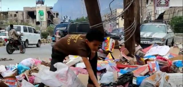عن ماذا يبحثون؟ شاهد مواطنون في هذه المحافظة يتجولون في مكبات النفايات.. فيديو
