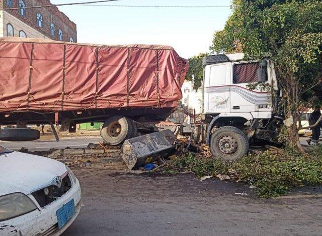 إنحراف شاحنة عن مسارها بأحد شوارع صنعاء وهذا ماكان يفعلة السائق.. صورة