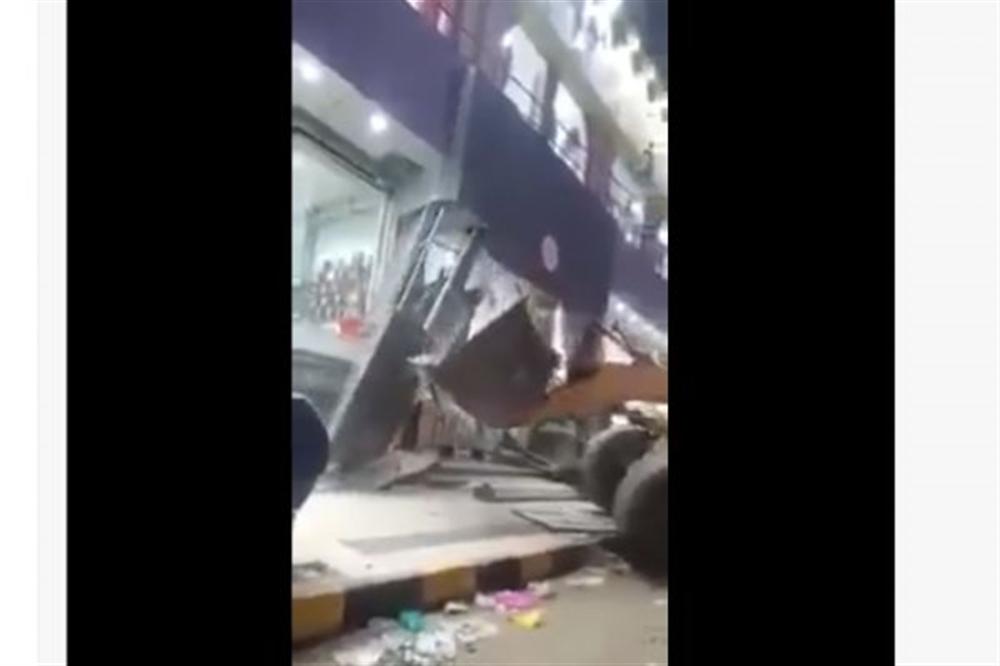الكشف عن السبب الحقيقي ورا هدم جماعة الحوثي احدث مول تجاري في قلب العاصمة صنعاء بالجرافات .. فيديو