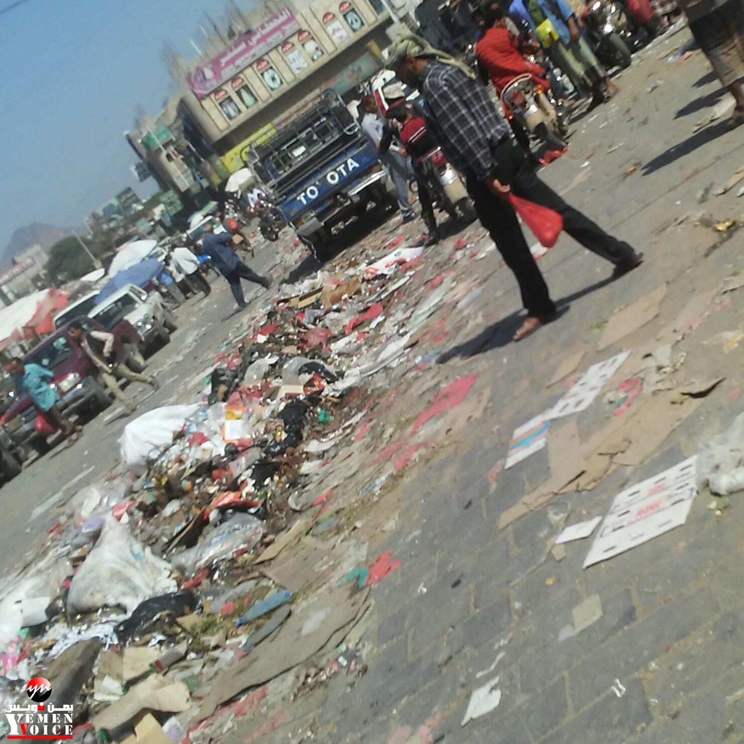 شاهد صورة للشارع الرئيسي بمدينة الضالع كيف أصبح مكدساً بالقمامة ؟