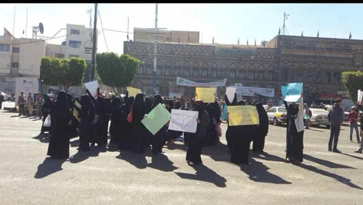 بالصور : مظاهرات نسائية في العاصمة صنعاء والحوثيون يعتقلون عشرات النساء