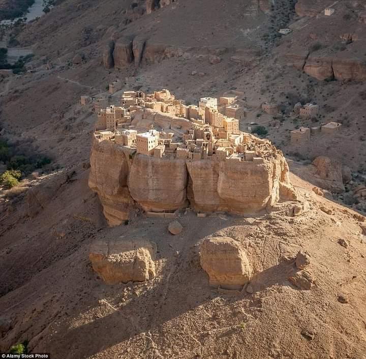 قرية يمنية تقع على قمة صخرة عملاقة ويتطلب من الزائر لها أن يجيد هذه الرياضة للوصول .. صورة
