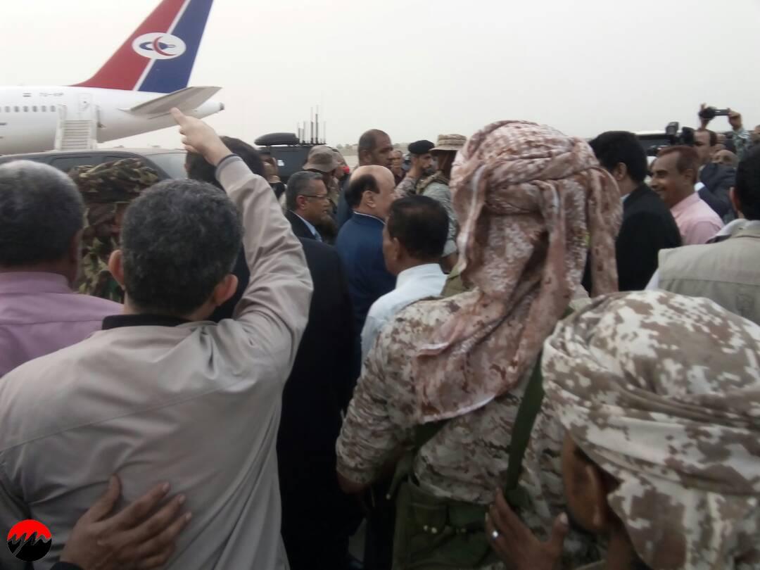 عاجل : شاهد أولى صور وصول الرئيس هادي إلى عدن والمطار يحتشد بالمستقبلين