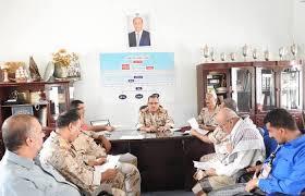اللواء خالد فاضل يعقد اجتماعا يضم قادة الألوية العسكرية وقادة الجبهات في المدينة