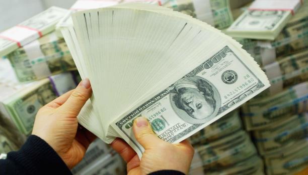 بعد انهيار العملة الوطنية لا بيع و لا شراء للدولار في أحدى الدول العربية