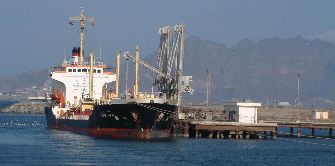 قوات اماراتية تقتحم ميناء المكلا وتنهب حاويات الأموال