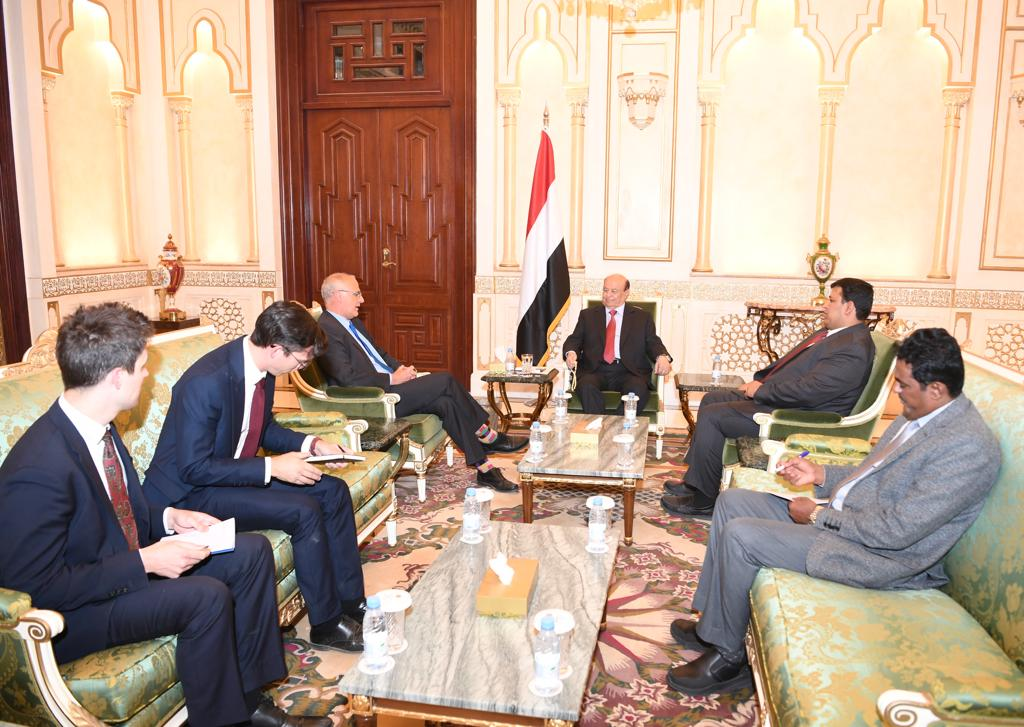 الرئيس هادي يستقبل السفير البريطاني لدى بلادنا