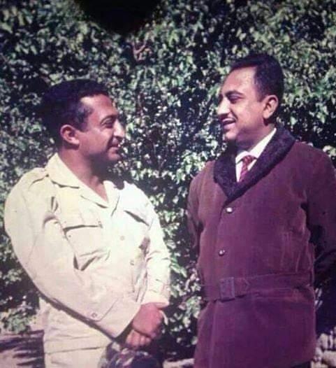 """شاهد صورة نادرة للرئيس """" اليمني """"  السابق مع شقيقة .. والغريب في منصبه!"""