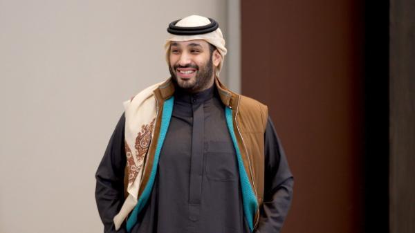 شاهد صورة لـ محمد بن سلمان مرتدياً أهم رمزية بالزي اليمني على رأسه .. وحالة تفاعل واسعة