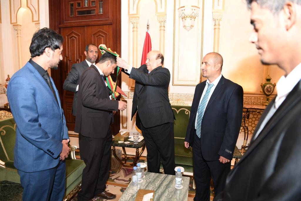 الرئيس هادي يمنح الشهيد اللواء محمد صالح طماح وسام الشجاعة