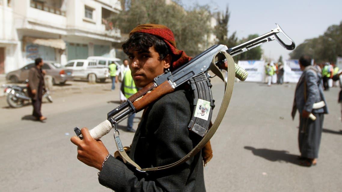 بعد قطفهما ثماراً.. مسلح حوثي يقتل طفلاً ويصيب آخر