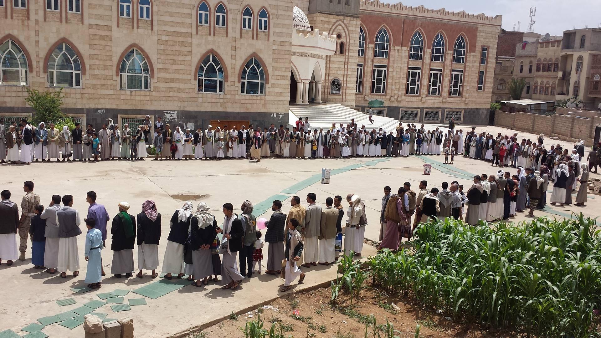 إنتهاك لحرمة بيوت الله.. قيادي حوثي يسطو على أرضية مسجد بصنعاء (صور)
