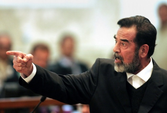يوم وقف صدام حسين مودعاً متوعداً..